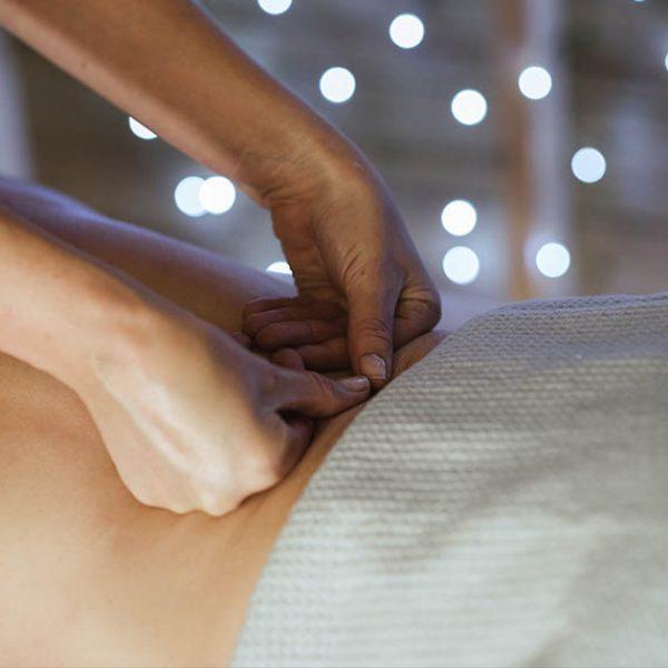 masajes-terapeuticos-masaje-ayurvedico-espalda